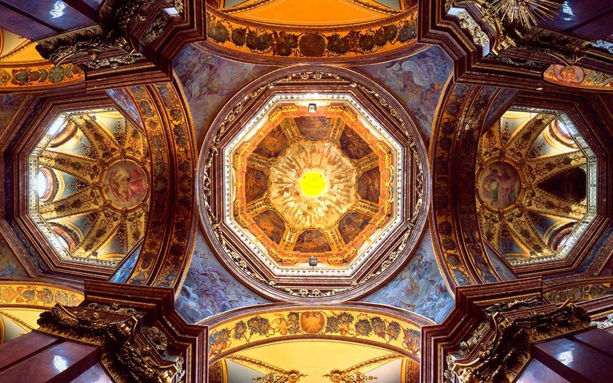 Trojice kopulí barokního kostela sv. Michala je jednou z výrazných dominant města, jeho bohatá vnitřní výzdoba je ale neméně působivá. | © Ing. Lubomír Čech, archiv CzechTourism