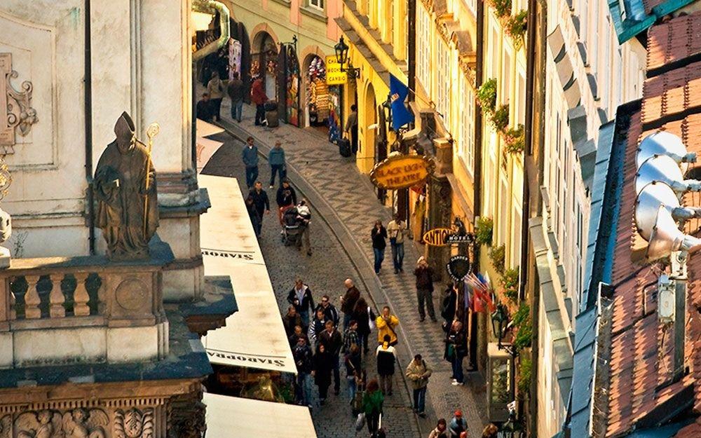 V Karlově ulici (čp. 5) žil Johannes Kepler v letech 1607–1612 a dokončil zde své dílo Astronomia Nova. Dnes zde najdete asi nejmenší muzeum v Praze, věnované právě Keplerovi. Dům je zároveň jediným dochovaným Keplerovým bydlištěm na světě. Během pobytu v tomto domě astronom rovněž popsal šestiúhelníkový tvar sněhových vloček a zabýval se studiem optiky, přičemž sestavil tzv. Keplerův dalekohled. | archiv Photo-Prague (COEX)