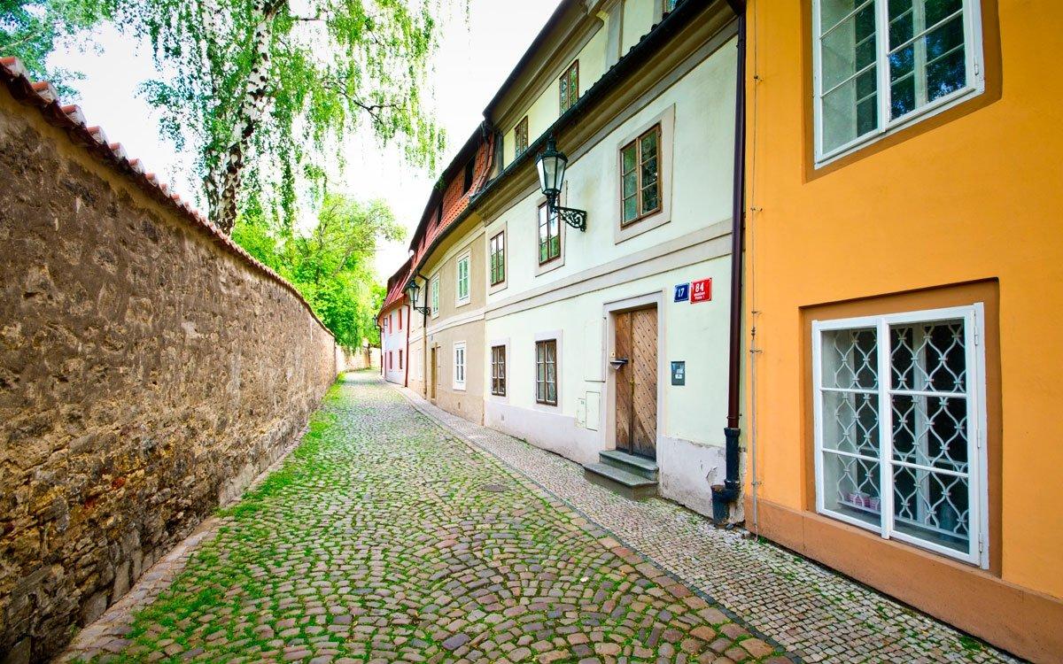 Od Letohrádku královny Anny můžete projít přímo na Pražský hrad nebo sestoupit do Jeleního příkopu a pokračovat ve své procházce až na Nový Svět a na chvíli se ztratit v jeho pitoreskních uličkách. | © Dreamstime