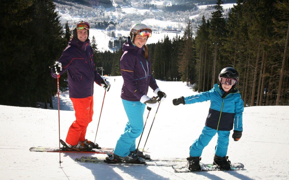 Nejen zdatným závodníkům, ale také dětem se na Špičáku bude určitě líbit. Pro nejmenší lyžaře je připraveno dětské hřiště s baby vlekem a zábavnými figurkami i pomůckami pro výuku lyžování. Z tréninkové loučky pak mohou děti plynule přejít na široké, mírné svahy modrých sjezdovek. | z archivu AHS