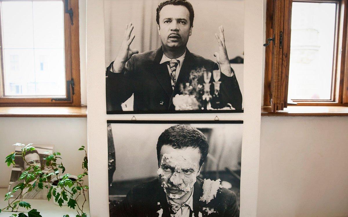 Také expozice věnovaná populárnímu herci a baviči Vladimíru Menšíkovi přináší množství zajímavých a málo známých informací o jeho životě. Tušili jste třeba, že jeho slavné filmové kariéře předcházelo nepříliš výrazné působení v divadle? Když měl například Menšík dorazit na zkoušku hry Těžká Barbora v režii Jana Wericha, zaspal a druhou šanci spolupracovat s váženým komikem už nedostal. | © Eva Kořínková