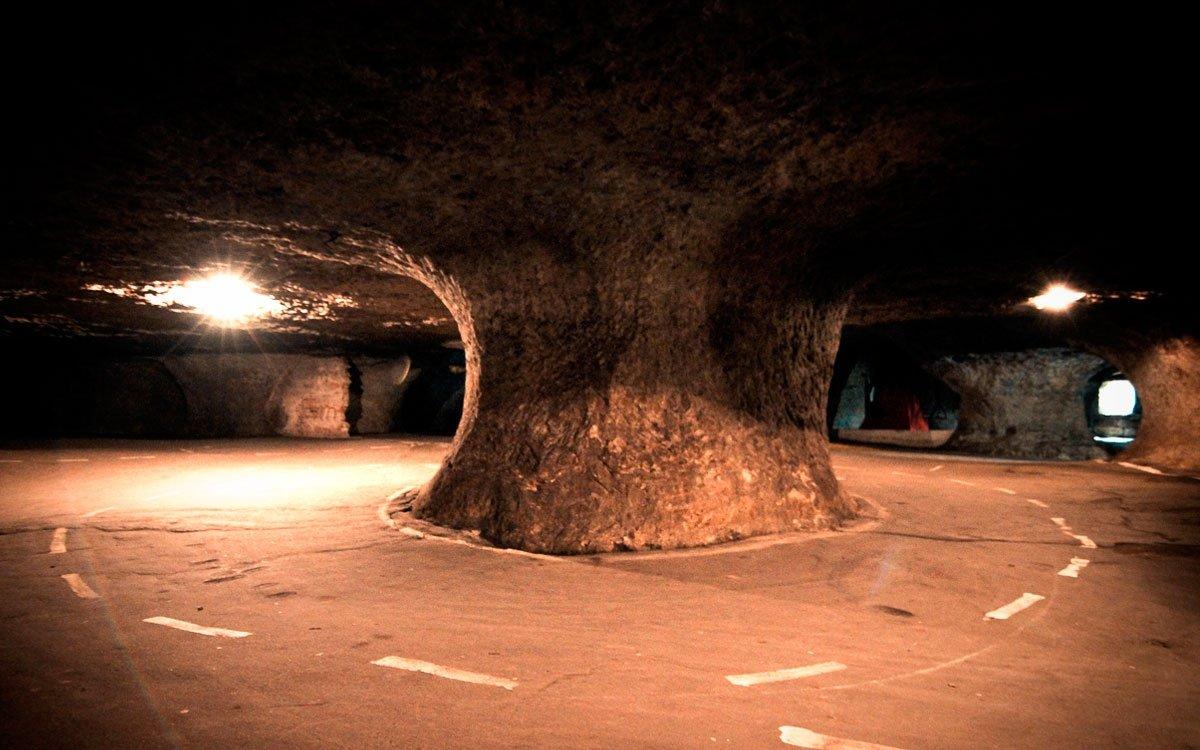 Nedaleko Máchova jezera, v údolí Svitávky, najdete největší pískovcové podzemí v Evropě, kde vás v současnosti přivítá unikátní motorkářský klub. Posedět můžete u pekelného baru a na motorce dojedete až dovnitř. Největší specialitou místního programu je Pekelný jezdec.   z archivu Holy Angels
