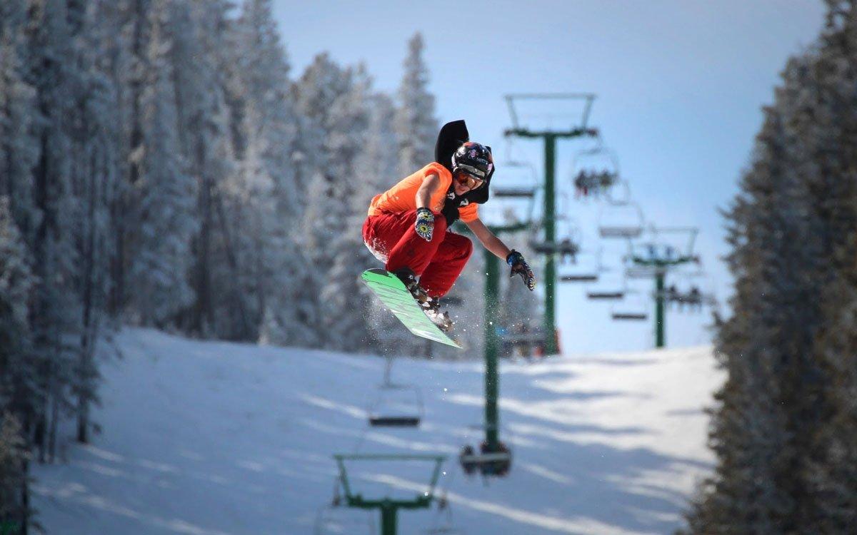 Na harrachovském mamutím můstku padl světový rekord hned dvakrát, v roce 1996 zde navíc byla poprvé v historii letů na lyžích překonána magická dvoustovka. I na sjezdovkách tu ale můžete zažít pořádný adrenalin. | © Kelímek