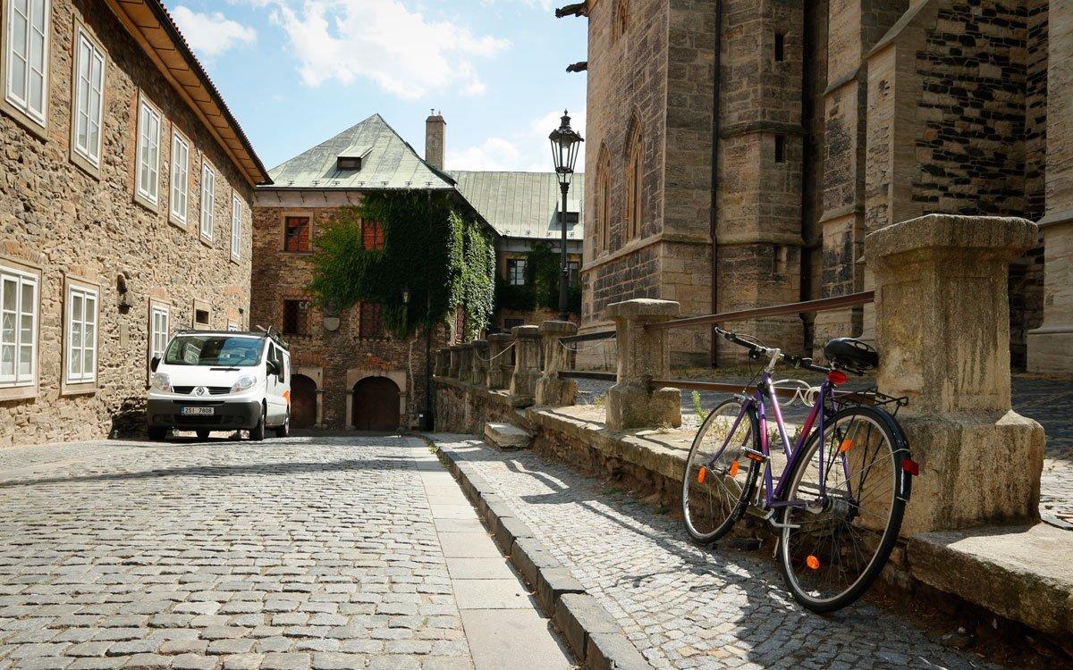 Svůj výlet můžete ještě protáhnout do dalšího nedalekého královského města Kolína. Stejně jako v Kouřimi tu naleznete mnoho pozůstatků středověké slávy, ale také spoustu dalších zajímavostí, které stojí za návštěvu. V klidném středočeském městečku najdete vše, co je třeba – historické památky, dobré restaurace, obchody a příjemné kavárny. Je proto ideální základnou k výletům do okolí. | © sius