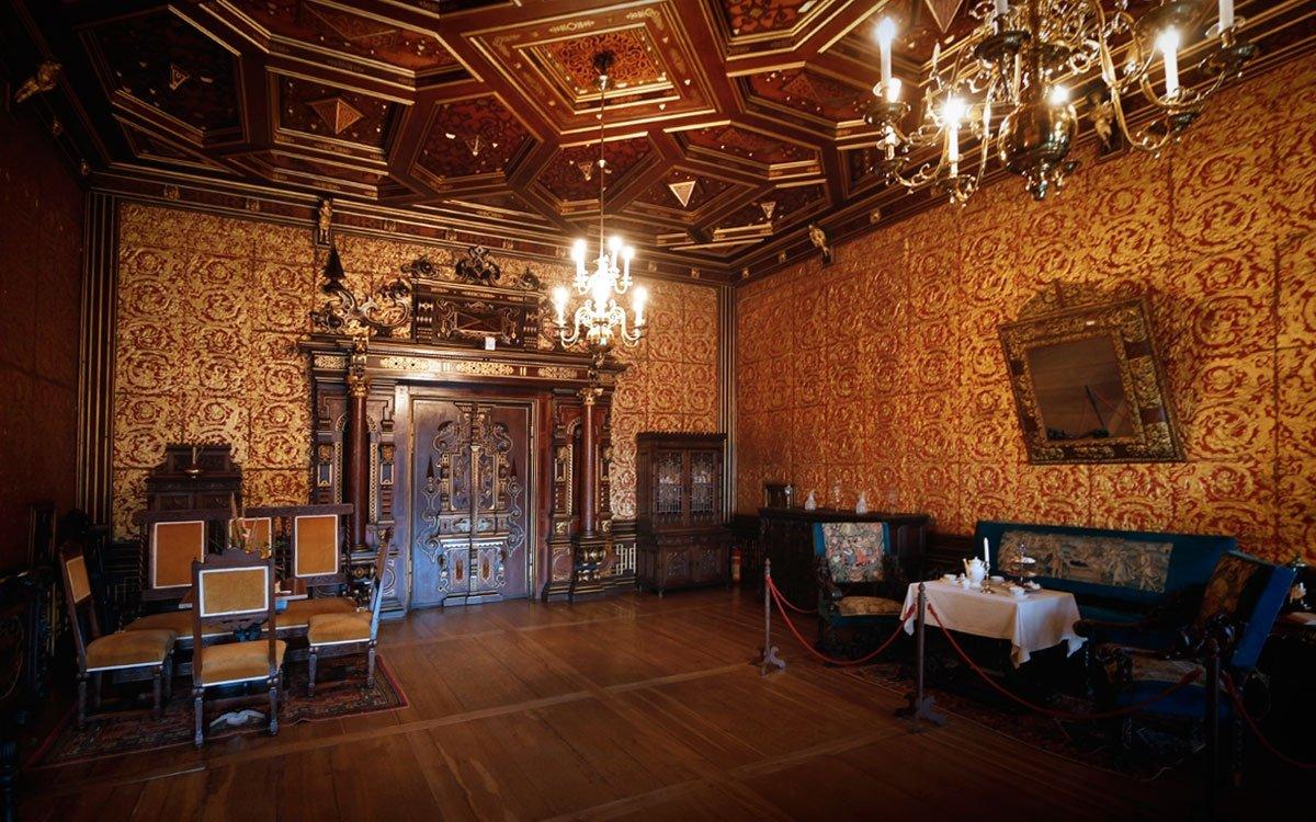 Přestože Hrádek u Nechanic patří k nejmladším českým zámkům, jeho majitelé byli vášnivými sběrateli a historie některých, zde vystavených předmětů sahá až do 12. století. | © sius