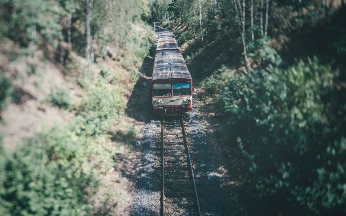 Od roku 1884 je mezi Mostem a Moldavou vlakové spojení, jehož trasa místy připomíná spíš horskou dráhu. | © Petr Hricko