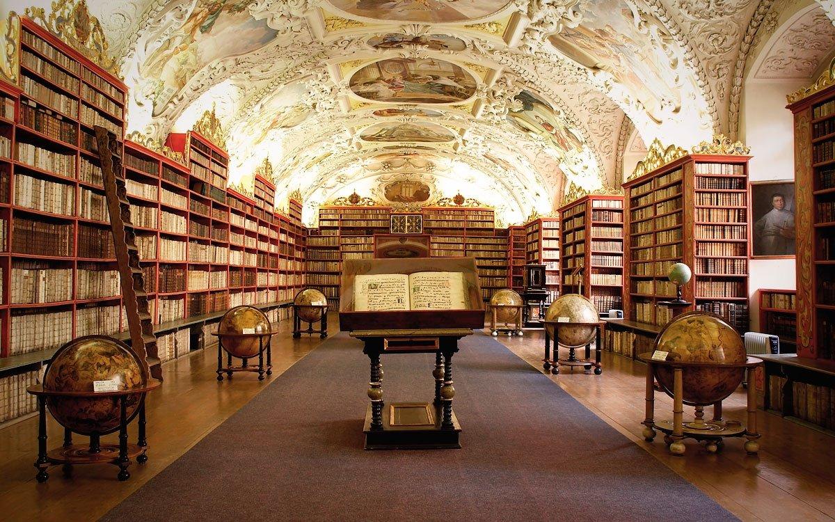 Strahovský klášter s proslulou knihovnou obsahující na 200 000 vzácných svazků. Mezi nimi se nachází sbírka knih Antonína Strnada (1746–1799), zachránce staroměstského orloje, s mnoha matematickými pojednáními. Mezi knihami jsou i cenná díla z knihovny Tycha de Brahe i jeho vlastní práce. V Teologickém sále lze spatřit řadu unikátních terestrických a astronomických glóbů. Filosofický i Teologický sál jsou bohatě vyzdobeny freskami s astronomickými motivy. | © Roman Cestr
