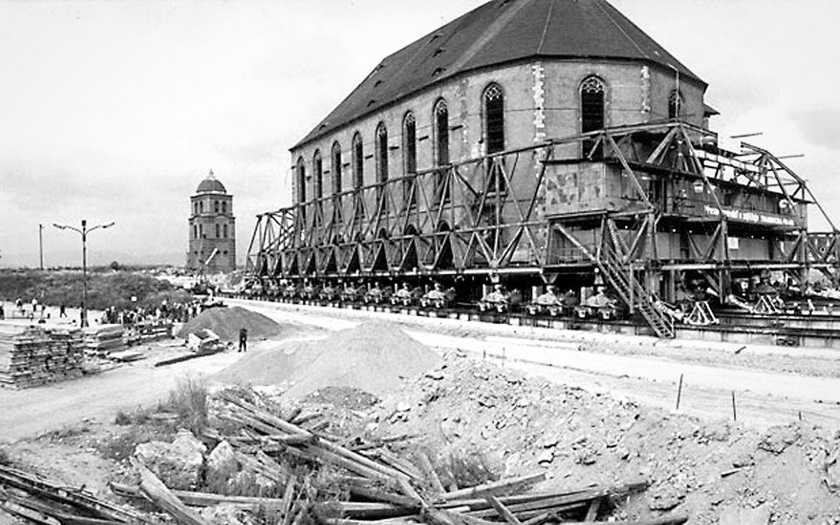 Déle než 400 let stával v Mostě pozdně gotický kostel Nanebevzetí Panny Marie. Když ale bylo v 70. letech 20. století kvůli ložiskům hnědého uhlí rozhodnuto o demolici města, začal překážet i kostel. Jeho spásou se stal odvážný technický plán, který ho pomocí hydraulických podvozků a ocelové konstrukce v roce 1975 přemístil na bezpečné místo.