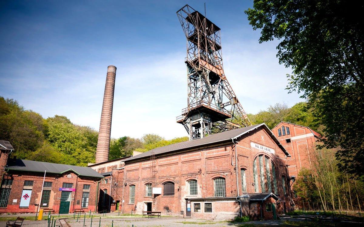 Důl Anselm, nejstarší štolový uhelný důl na Ostravsku, se pyšní nejvyšší těžební věží v celé České republice. A protože zásadním tématem zdejšího kraje je stále hranice mezi Rakouskem-Uherskem a Pruskem – tedy spor Prajzáci versus Císařáci –, prozradíme, že zde jsme na pruské straně, zdejší těžební věž je tedy pruského typu. Rozlehlý průmyslový areál v současnosti usiluje o zápis na seznam kulturního dědictví UNESCO. | © Yan Plíhal, AnFas