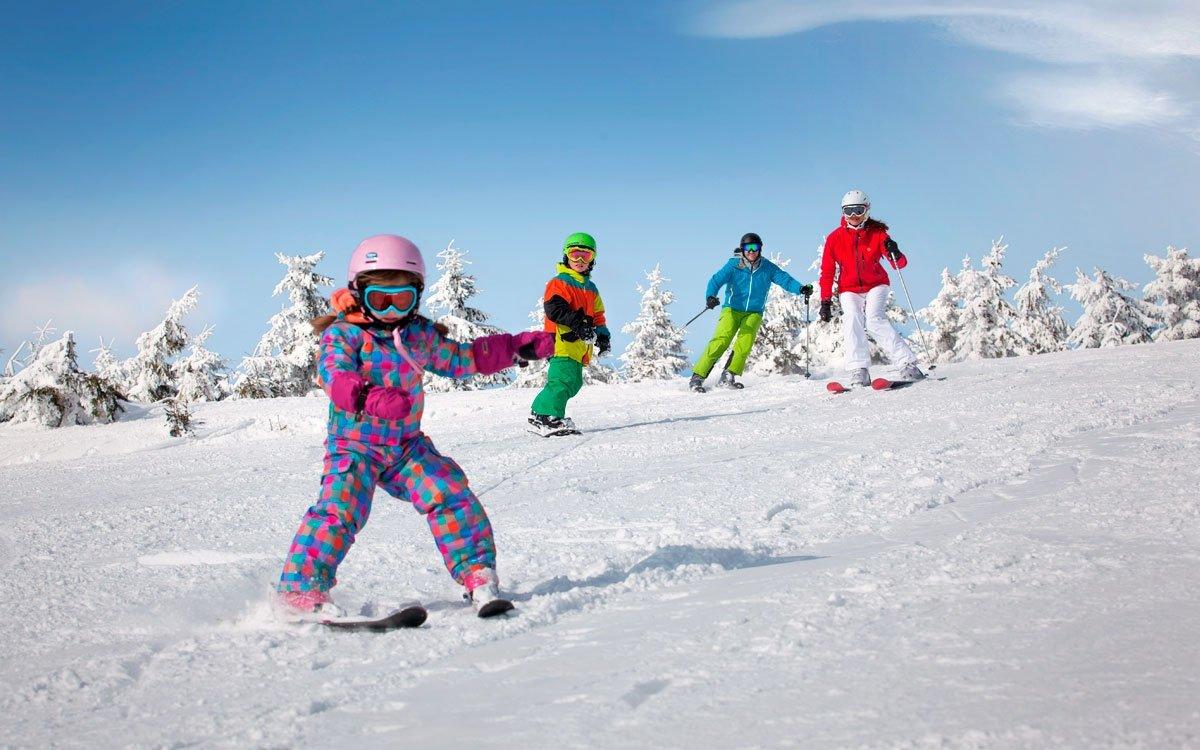 Krásu České Sibiře nejlépe vychutnáte v zimě, kdy okolní krajinu přikryjí bílé závěje sněhu. Krásné, mírné a široké sjezdovky jsou ideální zejména pro rodiny s dětmi. | archiv CzechToursim