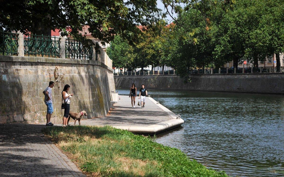Hradec je svými náplavkami proslulý. Z Tylova nábřeží, hned před gymnáziem, se můžete procházet po kilometrech krásně upravených břehů proti proudu řeky Labe. Nebo navštivte letní kino na břehu řeky Orlice. | © René Volfík
