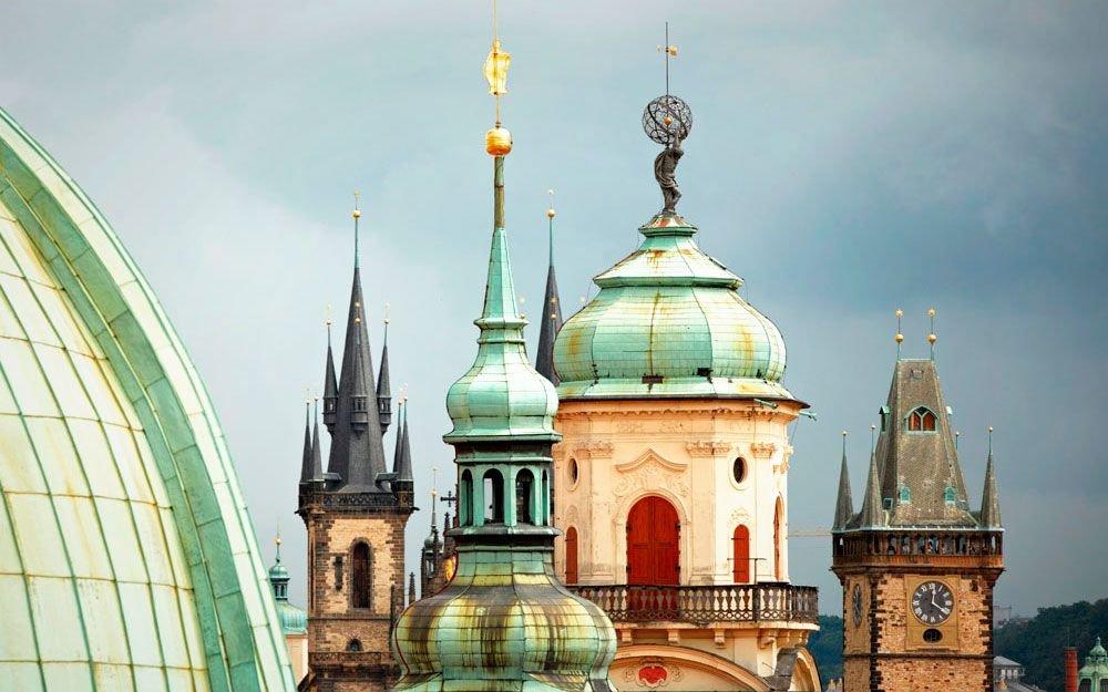 V Klementinu vznikla nejstarší meteorologická stanice ve střední Evropě, která dosud funguje. Meteorologická měření se v ní provádějí od roku 1775. Ve veřejnosti přístupné astronomické věži najdete rekonstruovaný historický kvadrant a další astronomické přístroje. Můžete také navštívit barokní sál nad Zrcadlovou kaplí a prohlédnout si nástropní fresku z roku 1727, jejíž část je věnována alegorii věd. Nástropní freska ve starém matematickém sále (dnes hudební oddělení) je zajímavou ukázkou Koperníkova kosmologického modelu, nepřijatého katolickou církví. | © Thinkstock