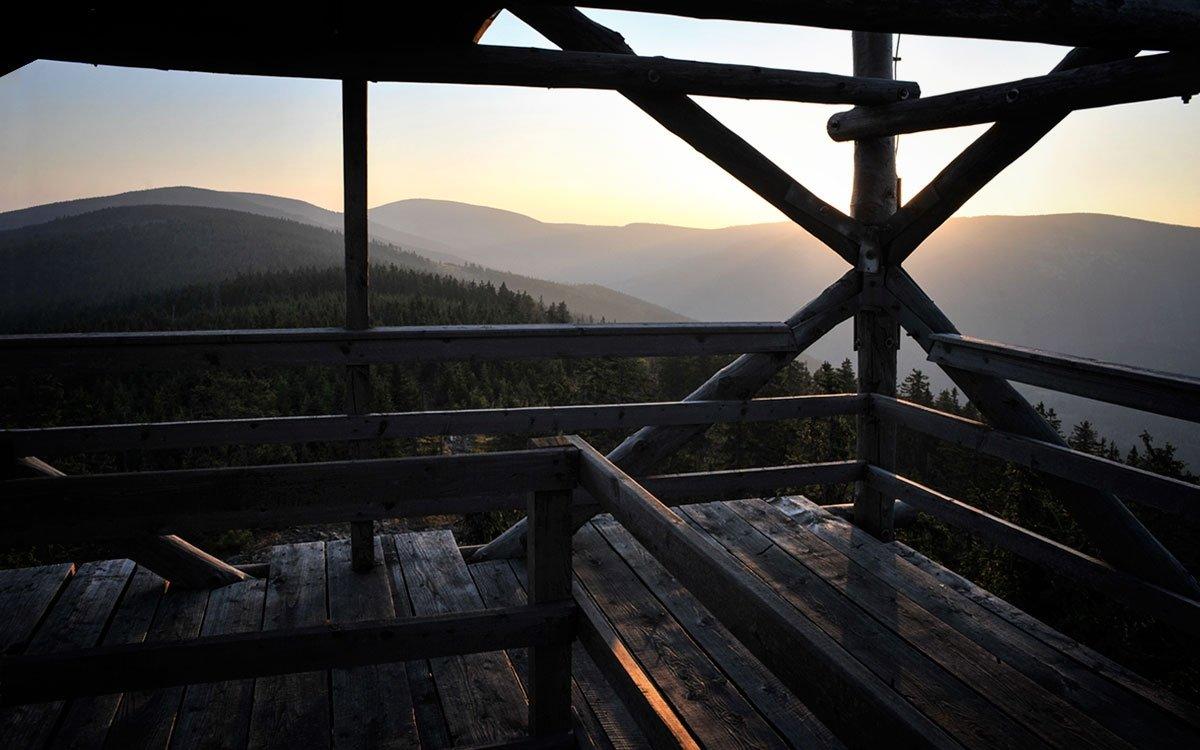 Z dřevěné rozhledny na vrchu, který Poláci trefně nazývají Trójmorski Wierch, se otevírají nezapomenutelné výhledy na střechu Evropy, odkud voda odtéká do tří moří.   © René Volfík