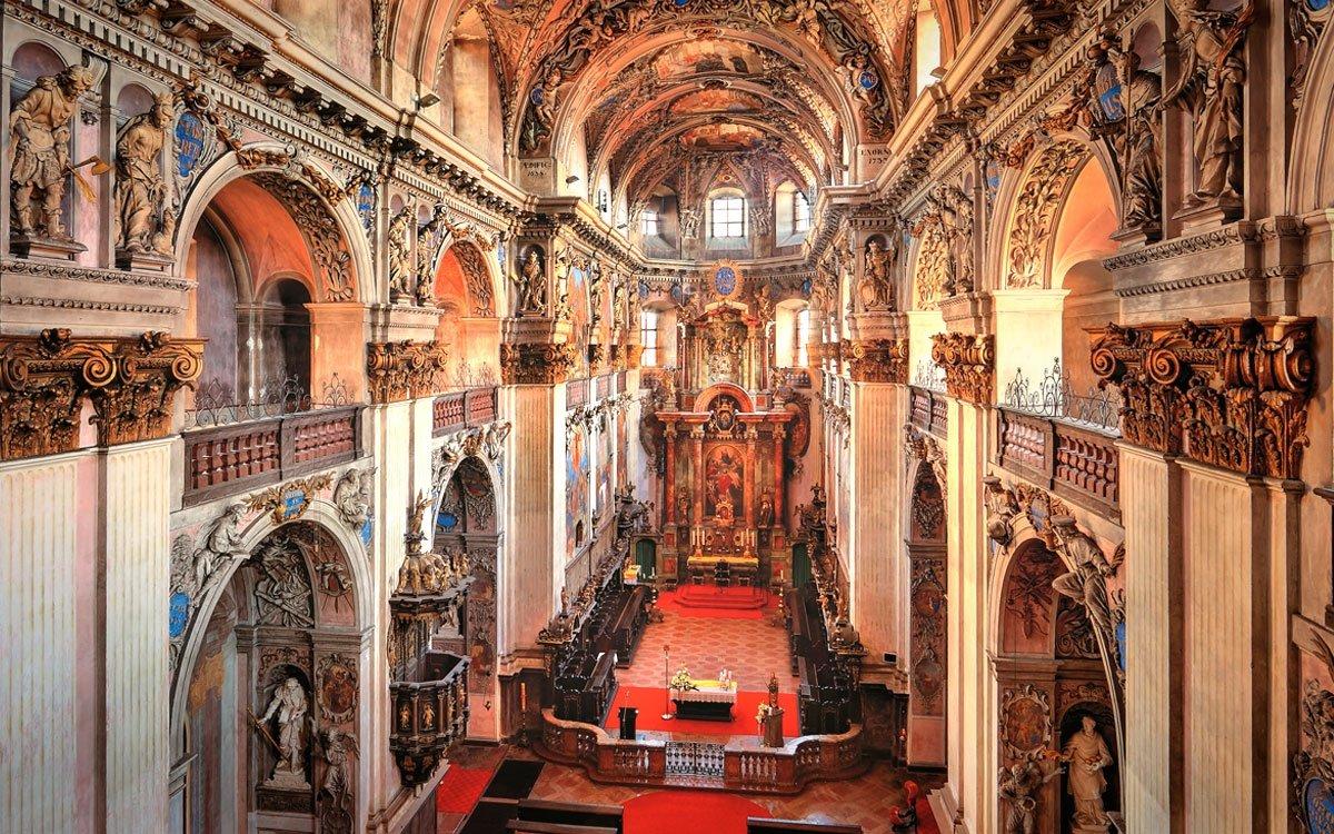 V klášterním kostele sv. Vojtěcha se roku 1999 nad kaplí sv. Kříže nalezla kopie Turínského plátna. | © Jan Flieger; Biograpf 2014