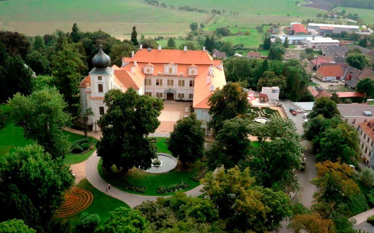 V zámeckém parku v Loučni, někdejším sídle rodu Thurn-Taxisů, je unikátní labyrintárium, kde si můžete vyzkoušet hned jedenáct různých druhů labyrintů a bludišť. | z archivu seriálu Lovci zážitků