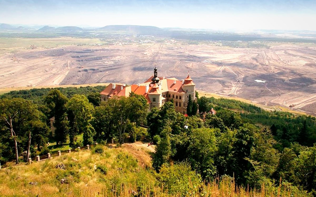 Obrovský důl ČSA se zastavil kousek od zámku a dlouho nebyl jeho osud jistý. Od roku 1988 ale prochází celkovou obnovou, díky níž byl v roce 1996 zpřístupněn veřejnosti. | © Martin Bareš; www.offroadsafari.cz