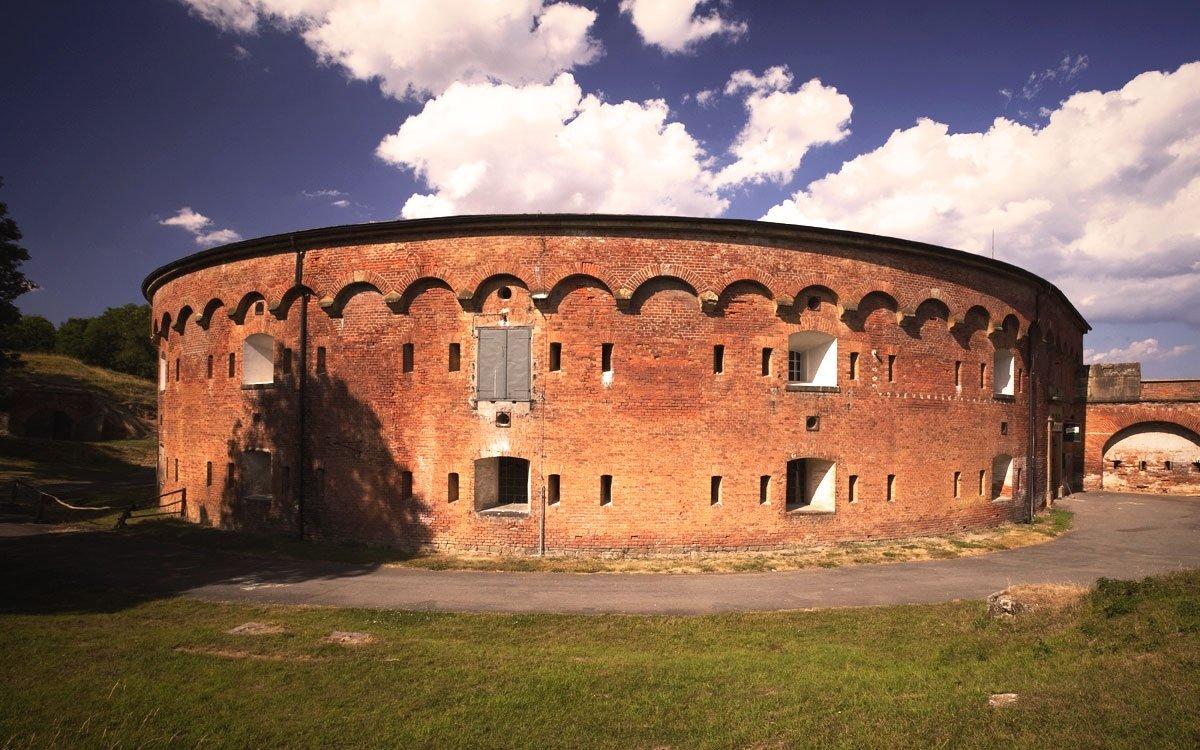 Důmyslný systém bastionového opevnění Olomouce nebyl založen pouze na vytvoření vodního příkopu a zesílení hradeb – součástí dokonalého vojenského plánu byla i řada drobných pevností, studní, skladišť a dalších vojenských staveb v širším okolí města. Jedním ze zajímavých míst je například fortová pevnost Křelov severozápadně od Olomouce. | archiv města Olomouc