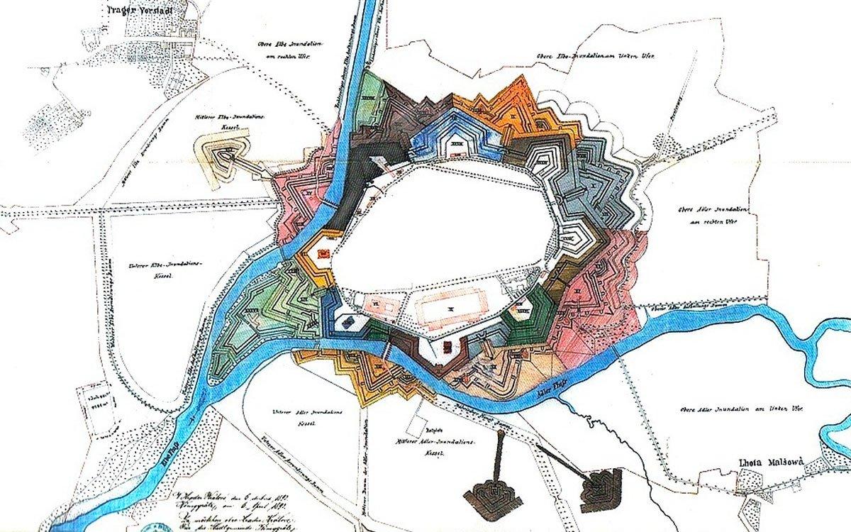 Roku 1766 došlo v Hradci Králové k rozsáhlým stavebním úpravám, které měly za cíl jediné – ochránit město před nájezdy pruských vojsk. Obětí přestavby se stal nedaleký kopec Rožmberk, mnoho domů i celá předměstí, obě řeky protékající městem musely změnit svá řečiště. Hradby ale město nikdy vojensky nevyužilo a necelých sto let po jejich dokončení začaly postupně mizet.