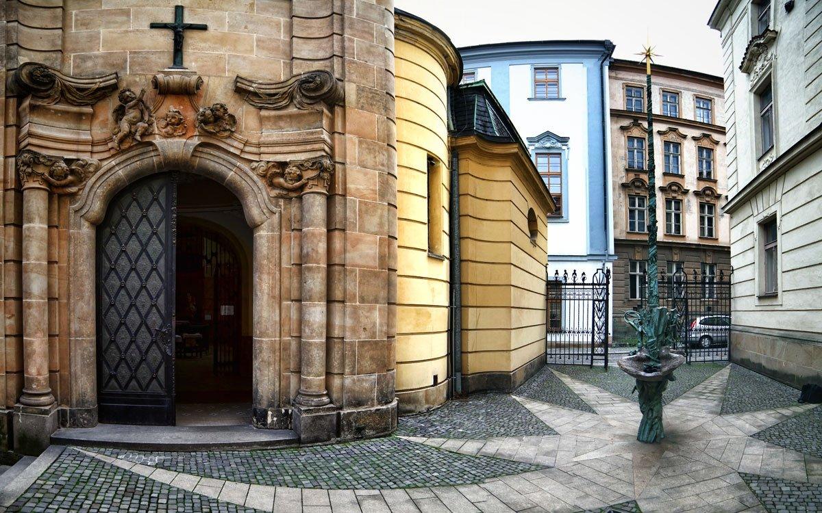 Fontána Pramen živé vody sv. Jana Sarkandra na nádvoří novobarokního paláce sv. Sarkandra. | © Jan Andreáš, archiv města Olomouc