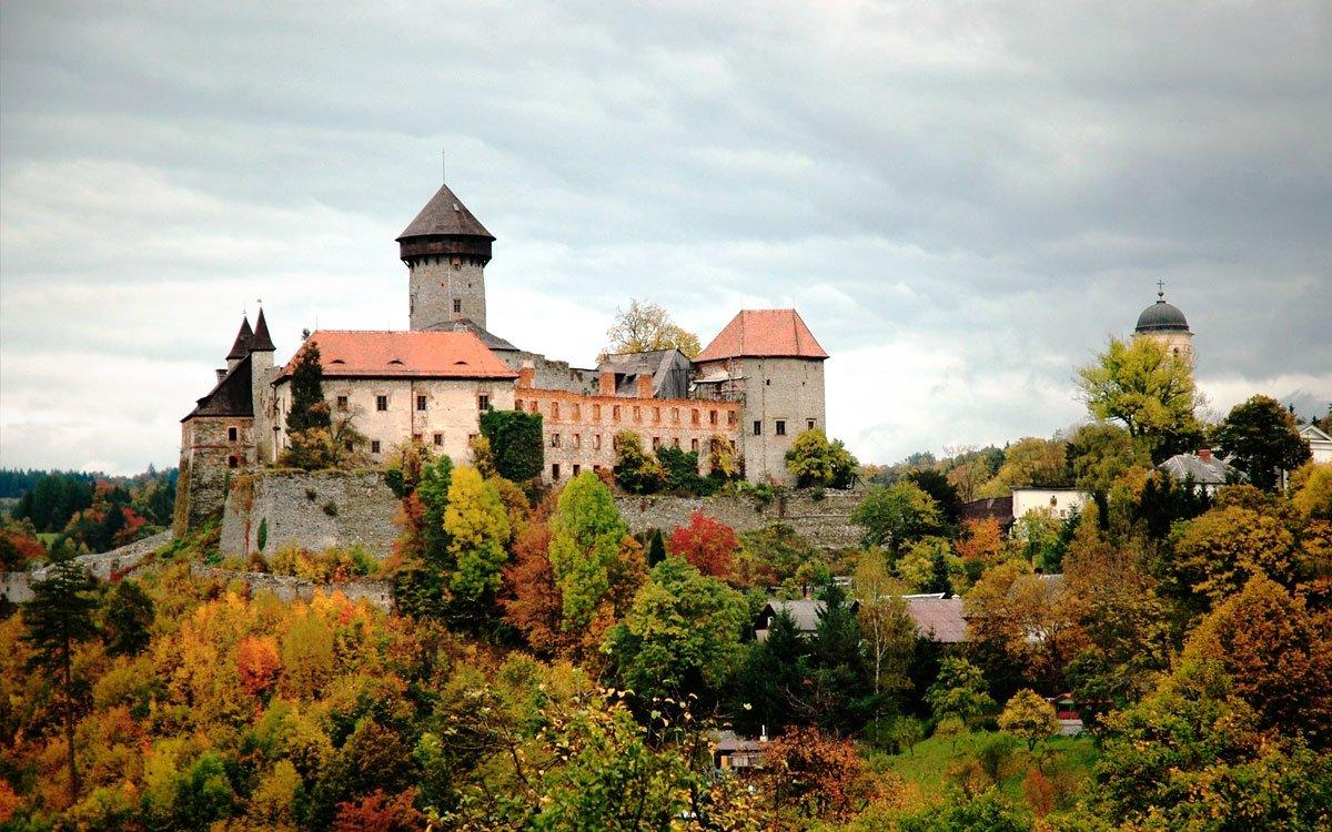 Ke stavbě hradu dal moravskému rodu Hrutoviců povolení sám český král Jan Lucemburský. Stavět se začalo kolem roku 1318, v roce 1348 už hrad stál a postupně se pak rozšiřoval až do 17. století, kdy z něj v období třicetileté války Řád německých rytířů udělal velkolepou barokní pevnost.