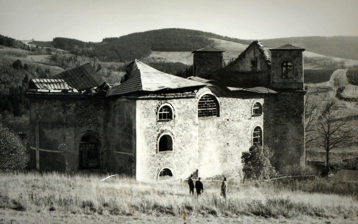 Když se na konci 50. let zřítila promáčená klenba kostela, rozhodli komunističtí funkcionáři, že má být zdemolován. Naštěstí ale všechny prostředky, které byly na jeho likvidaci vyčleněny, spolykal převoz jeho památkově chráněného rokokového schodiště na zámek Skalka u Dobrušky.