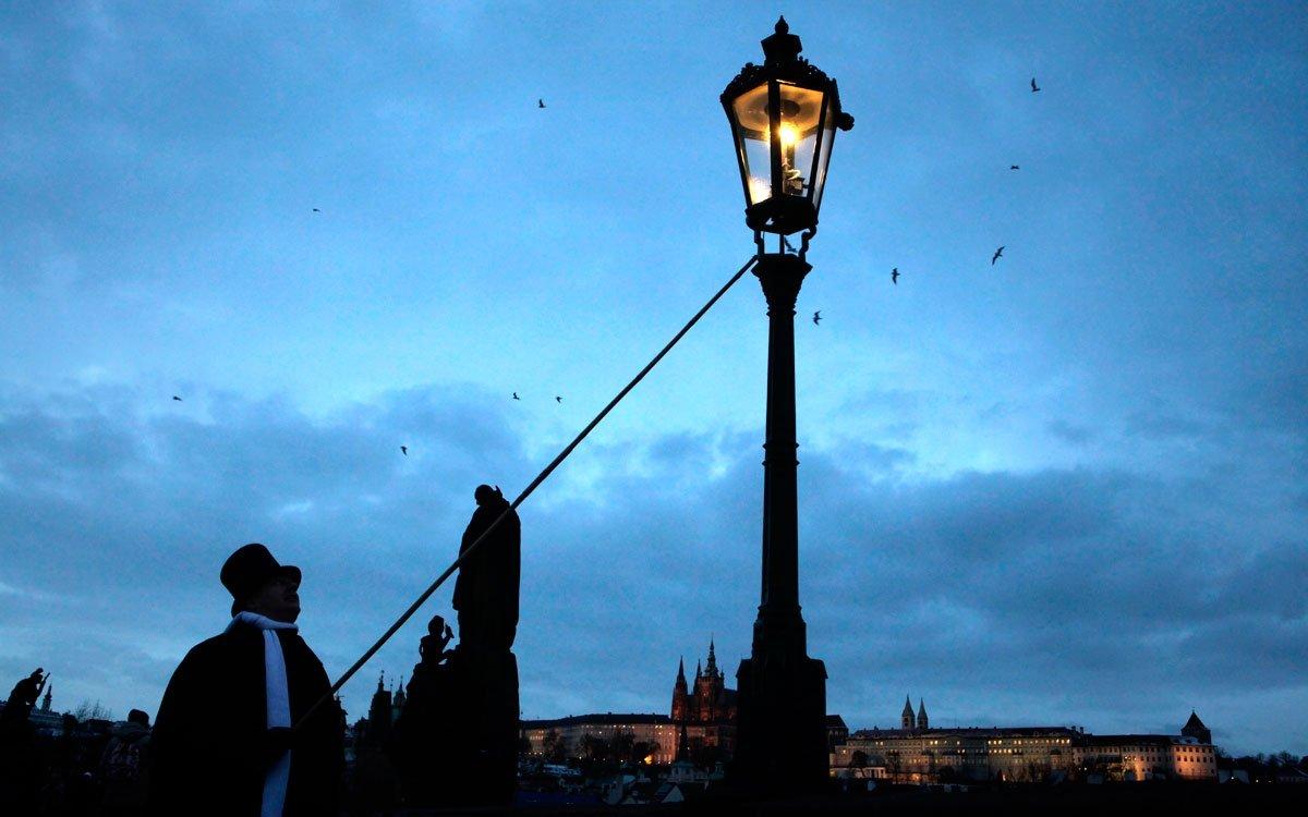 Po dlouhé odmlce se do centra Prahy vrátily tradiční plynové lampy, které v období adventu chodí rozsvěcet mistři lampáři. | © Dreamstime