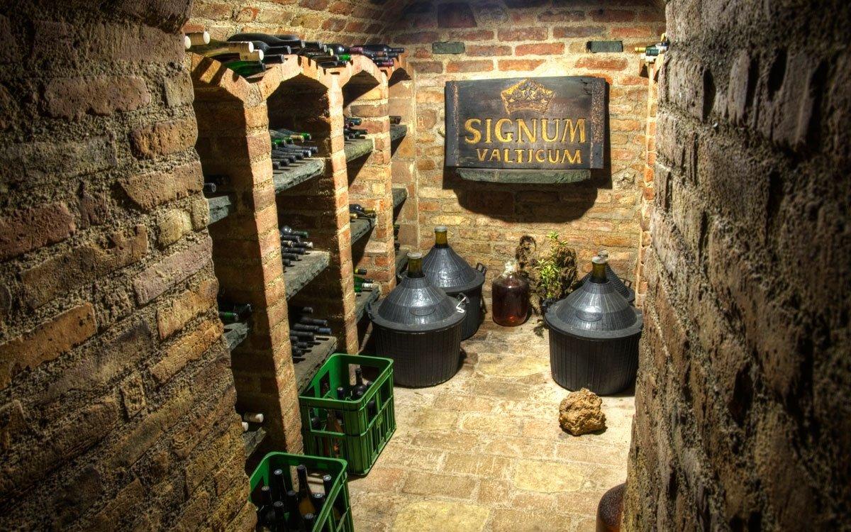 Jak asi Francouzům chutnala vína zmoravské vinařské metropole? Těžko říct, zda jejich nepochybnou kvalitu vůbec ocenili. Pravdou ale je, že po jejich odjezdu zůstaly prázdné vinné sklepy i vydrancované spíže a do Valtic přišla bída a hlad. | © Dreamstime