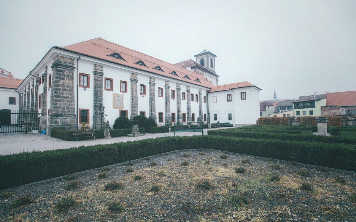 Barokní epochu si nejlépe vychutnáte při návštěvě bývalého augustiniánského kláštera, založeného roku 1627 slavným vojevůdcem Albrechtem z Valdštejna.   © Petr Hricko