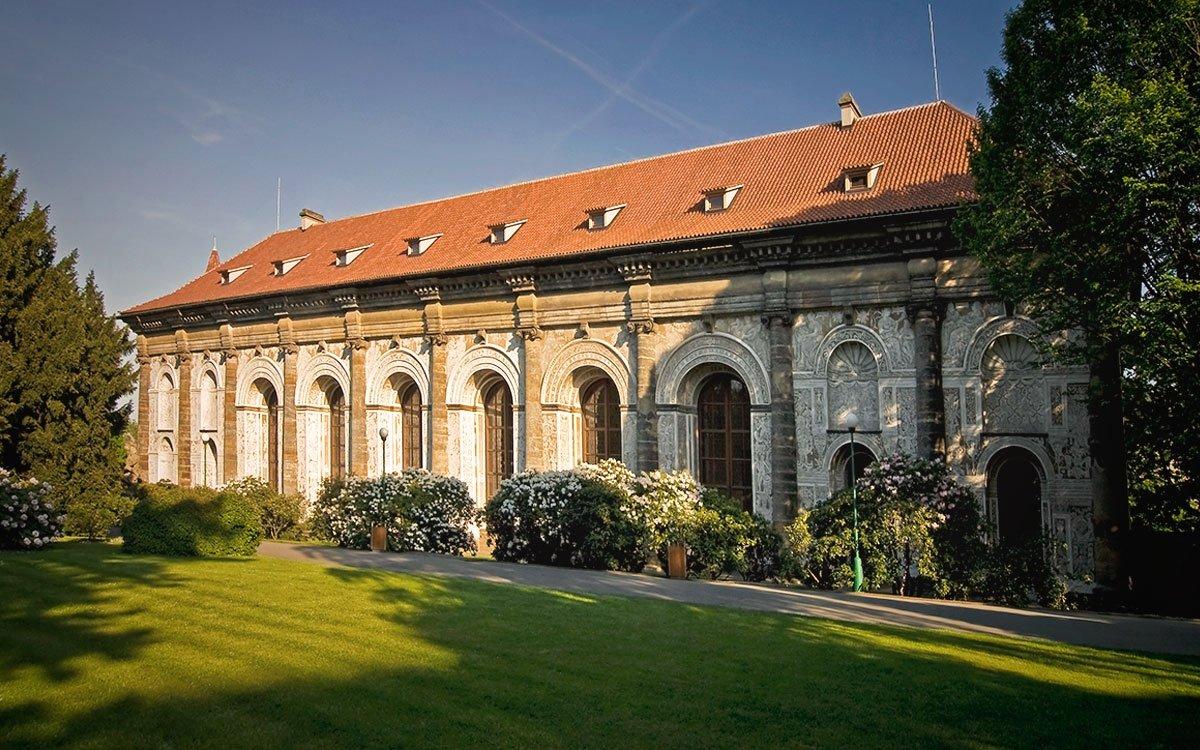 Na Pražském hradě stávala v 17. století tzv. Matematická věž. Kameny z původní stavby ze 12. století lze spatřit v průchodu mezi druhým a třetím nádvořím. Ve věži trávil císař Rudolf II. hodně času. Měl zde umístěny astronomické přístroje a docházel sem za ním i Johannes Kepler. Na stěnách nedaleké míčovny v Královské zahradě jsou fresky s alegoriemi astronomie, geometrie, aritmetiky apod. | archiv Photo-Prague (COEX)