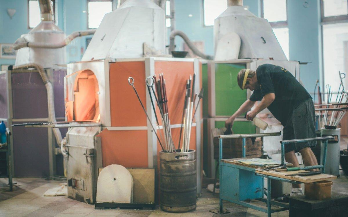 Pokud byste chtěli vidět, jak se pod rukama zručných sklářů rodí křehké blyštivé klenoty, neměli byste vynechat návštěvu netradiční restaurace u sklárny Ajeto. | © Petr Hricko