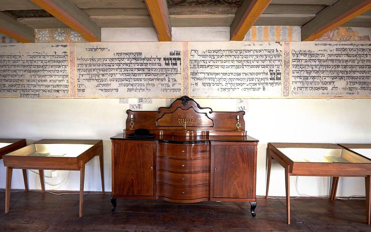 Dnes její interiér láká tisíce českých i zahraničních návštěvníků, ale i řadu filmových štábů, pro něž je dochovaný interiér vhodnou kulisou historických snímků. Sosudy židovského obyvatelstva vHolešově a na Moravě vás blíže seznámí výstava umístěná na někdejší ženské galerii, jejíž součástí jsou i historické předměty používané při bohoslužbách. | © Jaro Dufek