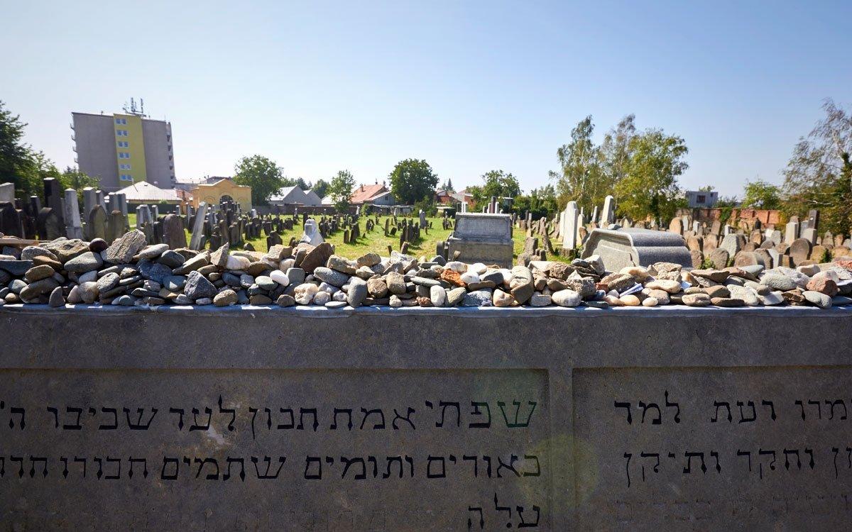Vedle synagogy si určitě nenechte ujít také nedaleký židovský hřbitov, kde má svůj hrob i zmíněný rabín Šach. A pokud byste se chtěli sžidovským odkazem seznámit skutečně důkladně, naplánujte si svůj výlet na přelom července a srpna. Vtu dobu Holešov pravidelně ožívá festivalem židovské kultury, během něhož lze navštívit různé přednášky, ochutnat košer víno nebo si poslechnout tradiční židovskou hudbu. | © Jaro Dufek