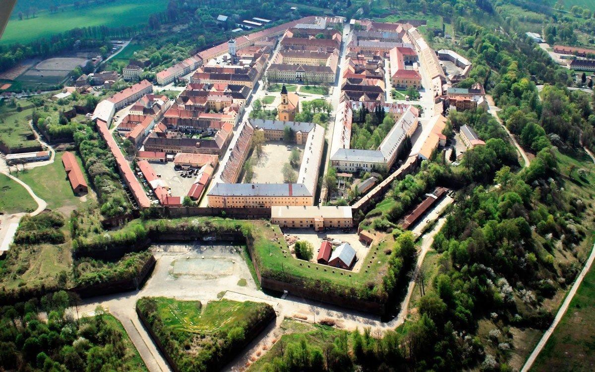 Poprvé se pevnost připravovala k obraně během napoleonských válek, avšak zbytečně. V červnu roku 1866, kdy se ze severu přibližovala pruská vojska, se pevnost znovu důkladně připravovala k boji. Pruská vojska ale oproti předpokladům pevnost neoblehla, ale obešla ji a došla až na osudné bitevní pole u Chlumu. | © Karelj; Wikimedia Commons