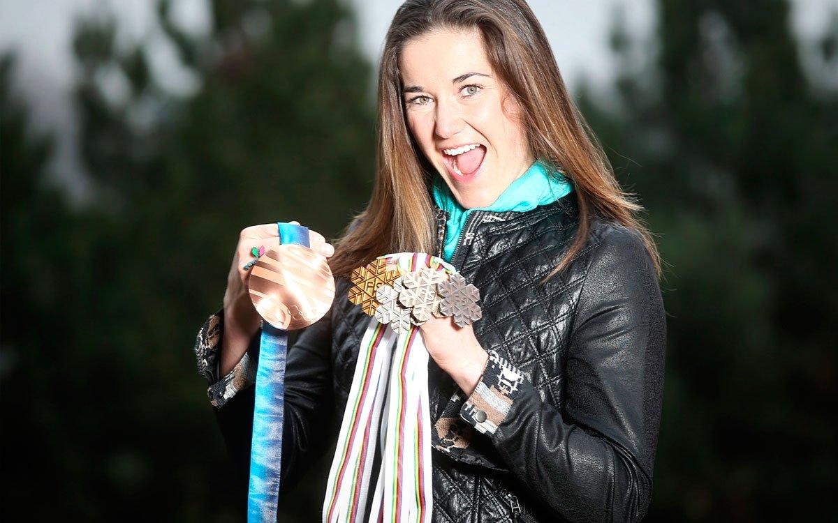 Naše nejúspěšnější reprezentantka v alpském lyžování, mistryně světa a olympijská medailistka z Vancouveru Šárka Strachová se na lyže poprvé postavila za chalupou na Benecku. Krkonoše má dodnes neodmyslitelně spojené také s Vánoci a dětským těšením se na Ježíška. Vzpomíná na haldy sněhu kolem chalupy, společné zdobení stromečku, zvonění zvonku, rozbalování dárků… | © Pavel Lebeda / VO22max