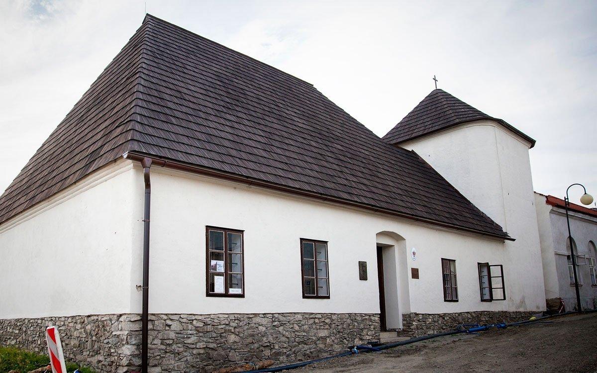 Městské vězení je v Odrách na rohu ulice Okružní a Švédské uličky doloženo od roku 1556, a přestože se mu říká Katovna, Odry nikdy neměly vlastního kata a popravy prováděl kat opavský. Měli tu však mučírnu, ta se nacházela ve sklepení pod Bílou věží a byla spojena s věznicí. | © Eva Kořínková