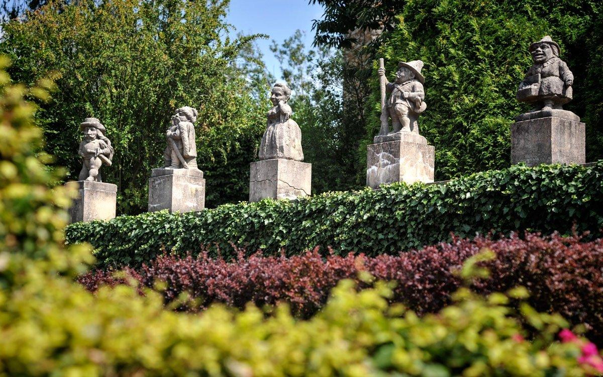 Roku 1908 koupili zámek textilní průmyslníci, bratři Cyril a Josef Bartoňové, kteří si na jeho opravu pozvali architekta Dušana Jurkoviče. Součástí citlivé rekonstrukce bylo také doplnění sochařské výzdoby zámku i parku – z panství hraběte Šporka v Lysé nad Labem bylo převezeno 24 barokních sošek trpaslíků, karikujících prohřešky a nectnosti panských úředníků a služebnictva, zhotovených v roce 1713 v dílně barokního sochaře Matyáše Bernarda Brauna. | © René Volfík