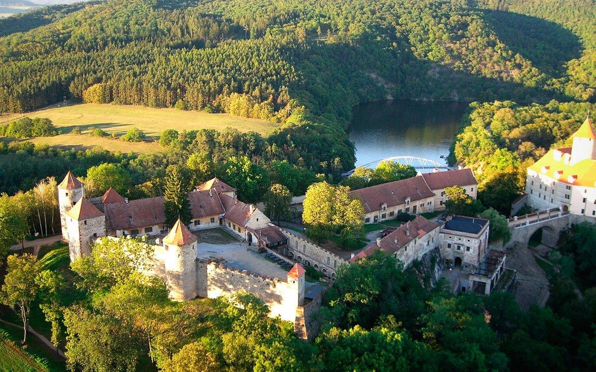 Hrad Veveří se tyčí nad Brněnskou přehradou – nad jedním z nejoblíbenějších míst k odpočinku v okolí Brna, zejména v letních měsících. | zdroj Wikimedia Commons, © Dominik Matus
