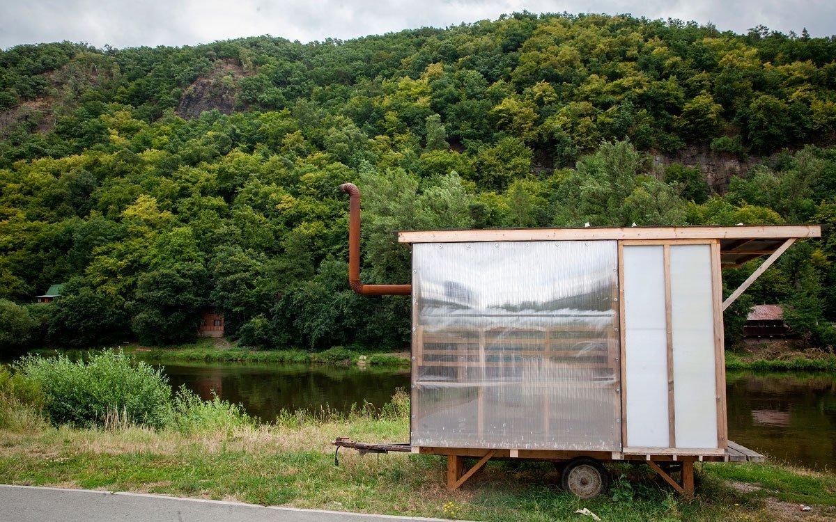 Kousek proti proudu řeky od přívozu Kazín leží městské říční lázně Mokropsy. Je to nádherné klidné místo, kde se vzpomínkami vrátíte do dětství a kromě písečné pláže můžete vyzkoušet i místní saunu. | © Eva Kořínková