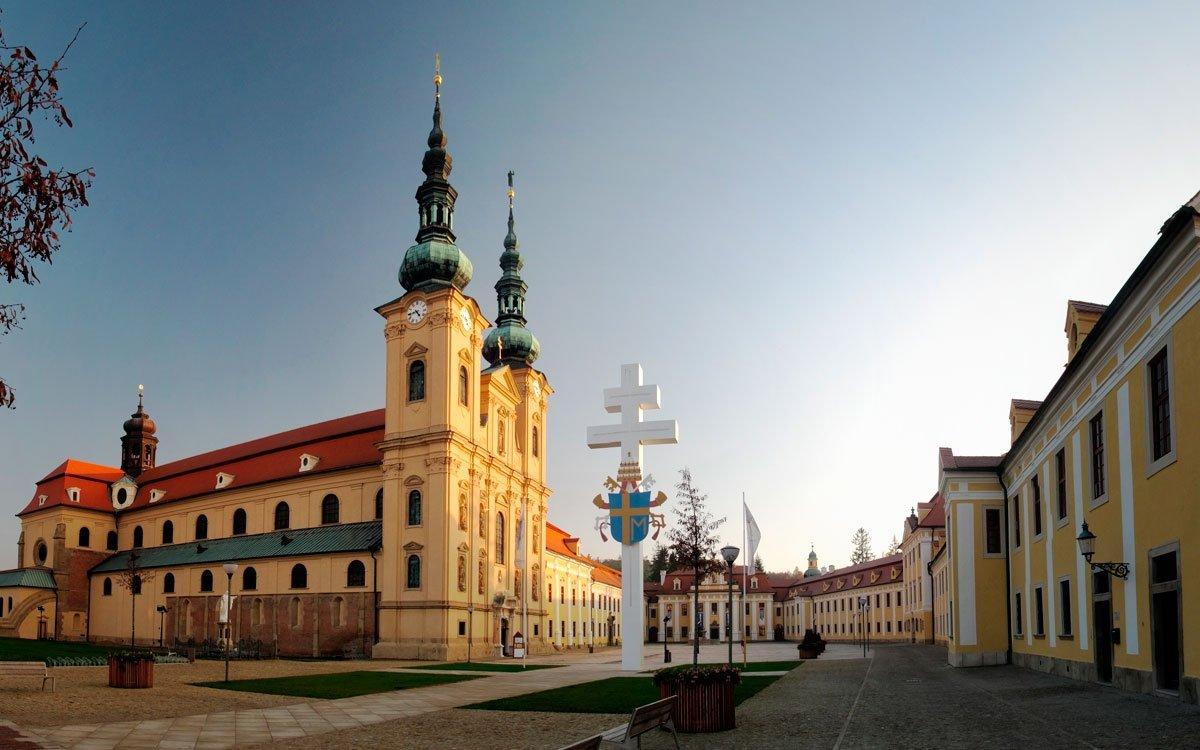 Velehrad bývá nazýván nejvýznamnějším poutním místem v Česku a říká se, že zde sídlil svatý Metoděj poté, co se roku 885 stal prvním velkomoravským arcibiskupem. Jedno je ale jisté, v dubnu roku 1990, pouhých pět měsíců po sametové revoluci, z Velehradu papež Jan Pavel II. poprvé žehnal českým věřícím, a to dokonce v naší rodné řeči. | © Dreamstime