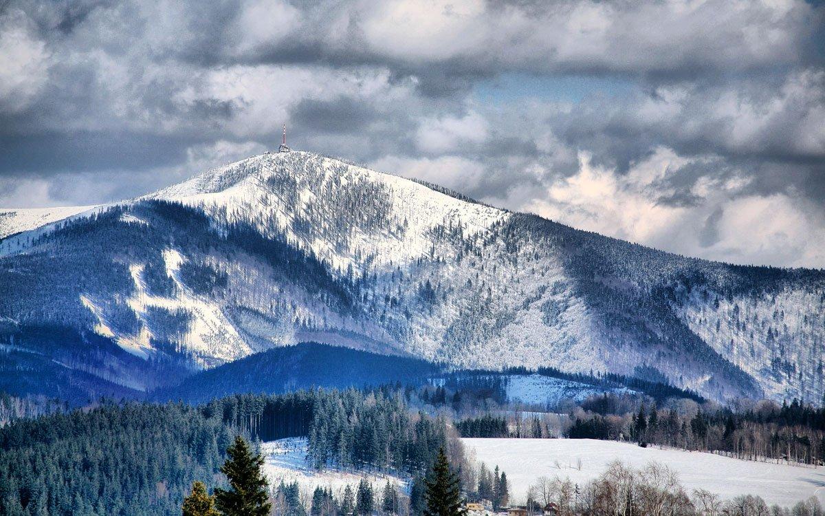 Lysá hora je vlivem nadmořské výšky přesahující 1300 metrů nad mořem jedním z nejchladnějších, nejdeštivějších a největrnějších míst v České republice. Naštěstí pro znavené turisty se letos na Lysé hoře znovu otevře obnovená Bezručova chata, která v roce 1978 nešťastně vyhořela. Pro Lysou horu to bude další důležitý milník a pro návštěvníky ještě příjemnější zážitek z místa, jež má svou historií a atmosférou co nabídnout. | z archivu MSK