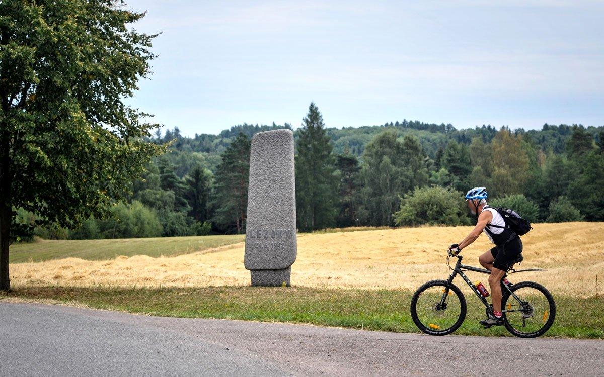 Pozůstatky osady leží na severním okraji Železných hor a okolím prochází mnoho cyklostezek. | © René Volfík