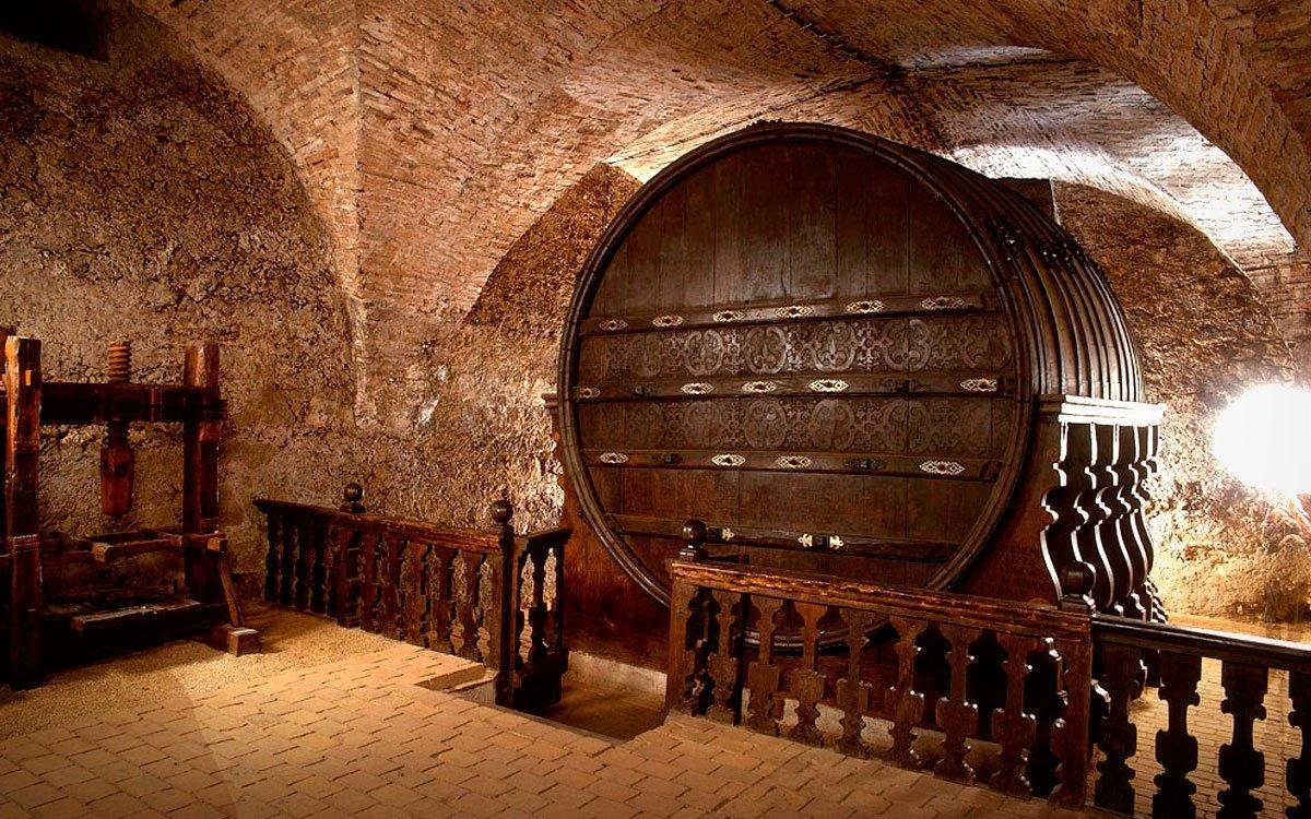 Slavnou vinařskou tradici kraje připomíná zámecká expozice v Mikulově i obří renesanční sud na víno ve sklepení zámku, jehož stavbu si objednal roku 1643 majitel mikulovského panství Maxmilián kníže z Dietrichsteina pro ukládání desátku z vína vypěstovaného jeho poddanými na pronajatých vinicích. Sud zůstal zachován ve sklepení až do dnešních dní a patří tak k nejstarším a největším dochovaným sudům na světě. | archiv CzechTourism