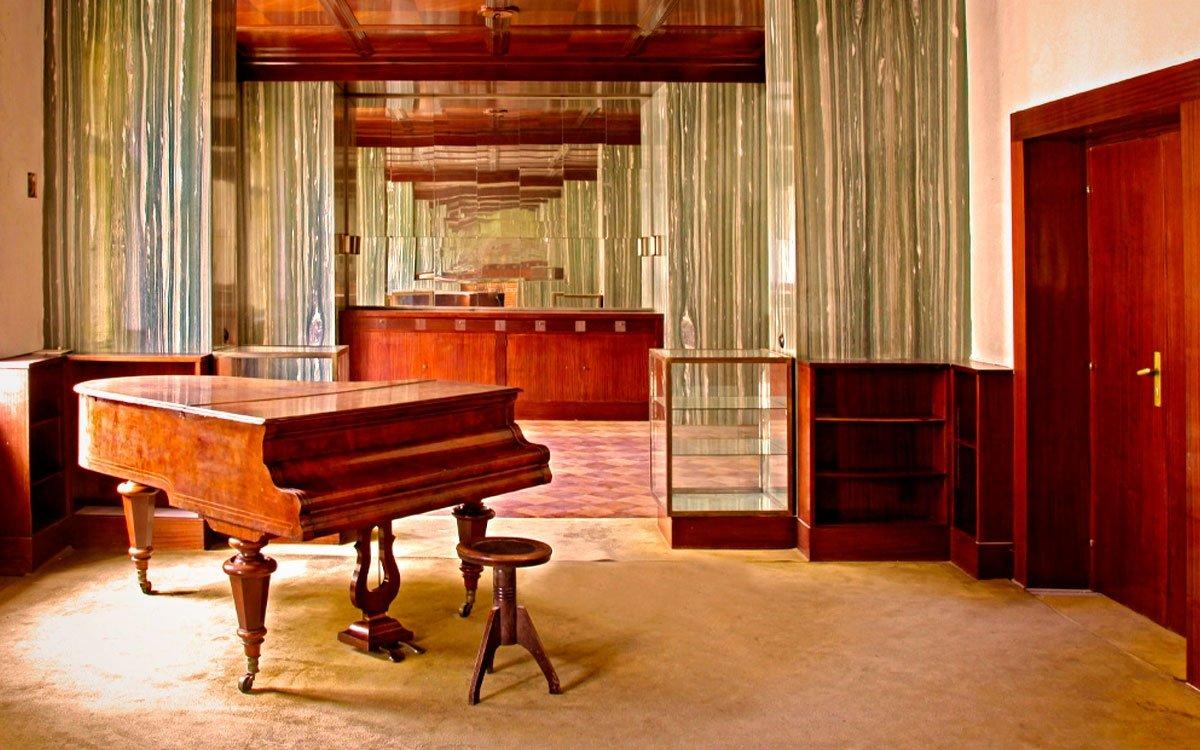 Na pozvání židovské komunity přijel do Plzně architekt Adolf Loos a vytvořil zde unikátní kolekci předválečných interiérů. Tři z plzeňských Loosových prací je možné obdivovat třikrát v týdnu. Prohlídkové trasy vás provedou bývalým bytem manželů Krausových v Bendově 10, salonem a jídelnou v někdejším bytě doktora Vogla na Klatovské 12 a do prostorného dvougeneračního apartmá Brummelova domu v Husově 58. Co interiér, to ukázka špičkové moderní architektury a také hluboký osobní příběh z nedávné historie. | Archiv MMP
