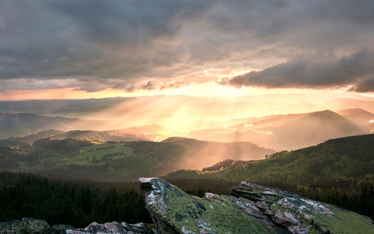 Přírodní památka Velký Roudný je nejvyšším vulkánem Nízkého Jeseníku, který byl činný ještě na počátku čtvrtohor.  Na vrcholu kopce stojí ve výšce 780 metrů nad mořem dřevěná rozhledna, z níž je pěkný výhled na Slezskou Hartu, pohoří Nízkého i Hrubého Jeseníku i Praděd. | © Dreamstime