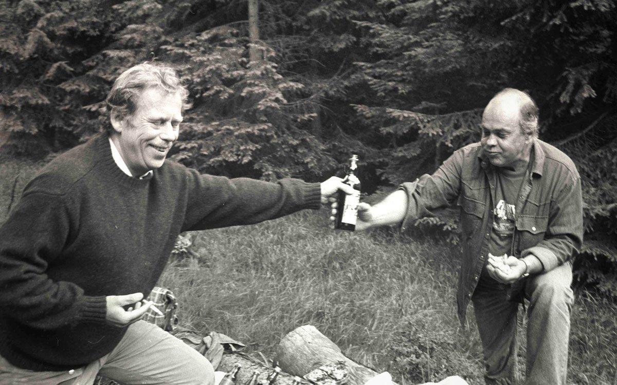 Myšlenka Cesty česko-polského přátelství vznikla krátce po založení Charty 77 a až do roku 1981 došlo v Krkonoších k několika setkáním. Při jednom z nich se prý proti všem pravidlům konspirace účastníci dokonce podepsali do návštěvní knihy kiosku na Sněžce.