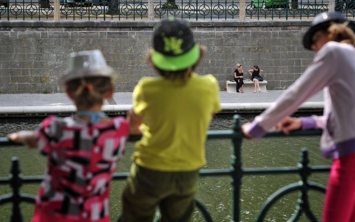 Hradecké náplavky jsou skvělým místem relaxace pro všechny věkové skupiny. Pravidelně se tu navíc konají nejrůznější kulturní akce – výstavy, festivaly, koncerty ad.   © René Volfík
