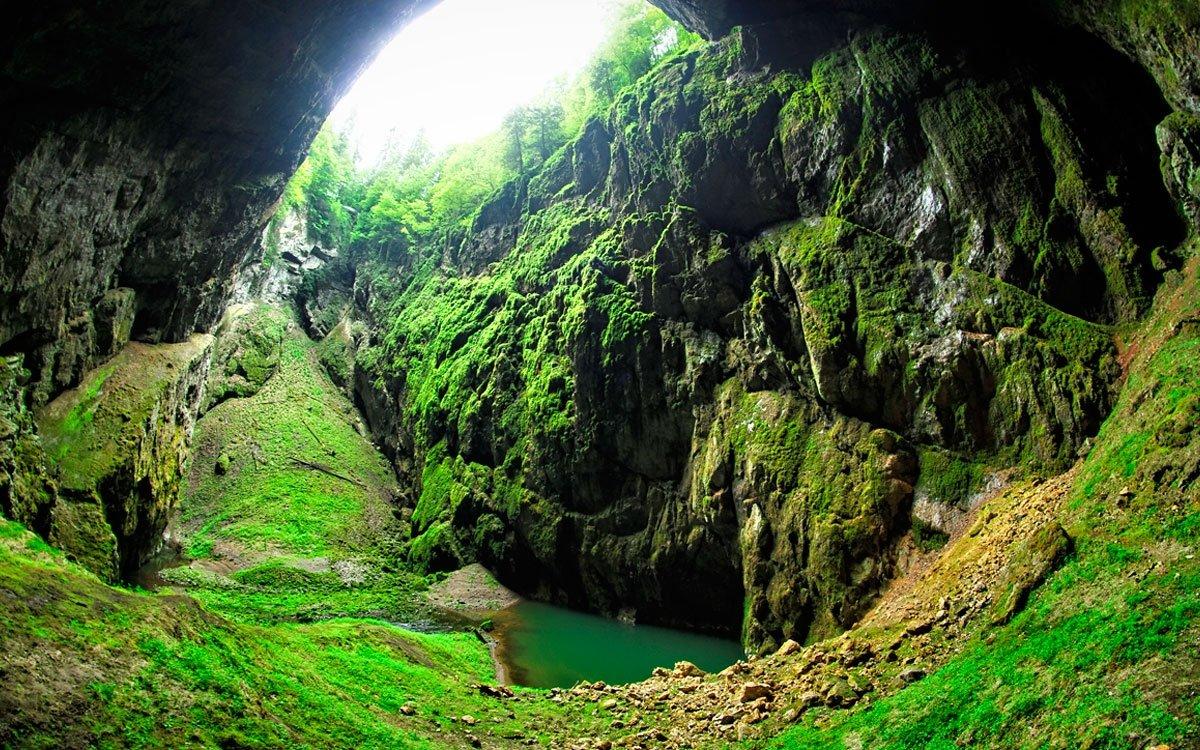 Pohled z horního můstku, který nad Macochou stojí již od roku 1882, do 140 metrů hluboké propasti je působivý. Pro mnoho návštěvníků je ale mnohem intezivnější dojem, když se do obrovské a hluboké skalní průrvy dívají zespodu, po průchodu Punkevními jeskyněmi. | © Dreamstime