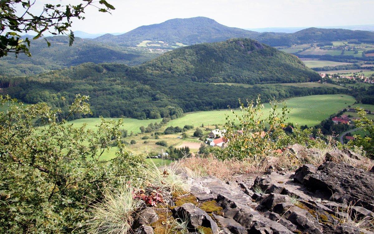 Hrad Kalich si nechal Jan Žižka vystavět na čedičovém skalním ostrohu poblíž Litoměřic v roce 1421 poté, co byla jeho rodná tvrz v Trocnově rozbořena. Předtím zde stávala dřevěná tvrz německých rytířů, kterou Žižka dobyl a již o dva roky později, roku 1423, byl dostavěn hrad Kalich - jediný osobní majetek, který kdy Žižka vlastnil. Do dnešních dnů se z hradu dochovaly pouze zbytky brány, strážní věže a sklepů, i tak ale díky krásným výhledům místo stojí za návštěvu. | © Björn Ehrlich, Wikimedia commons