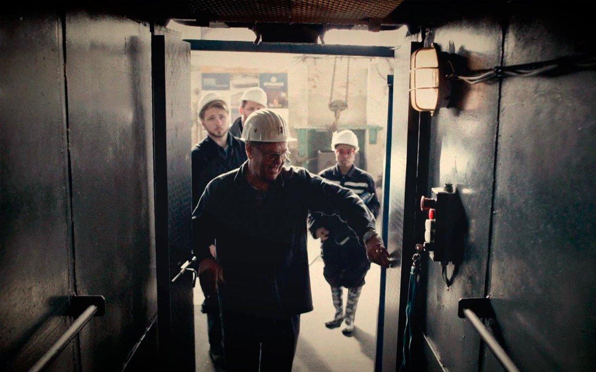 Za věrohodného randálu důlního výtahu sfáráte do hloubky 15 metrů a ve štolách uvidíte mimo jiné ukázku fungování některých důlních strojů. | z archivu seriálu Lovci zážitků