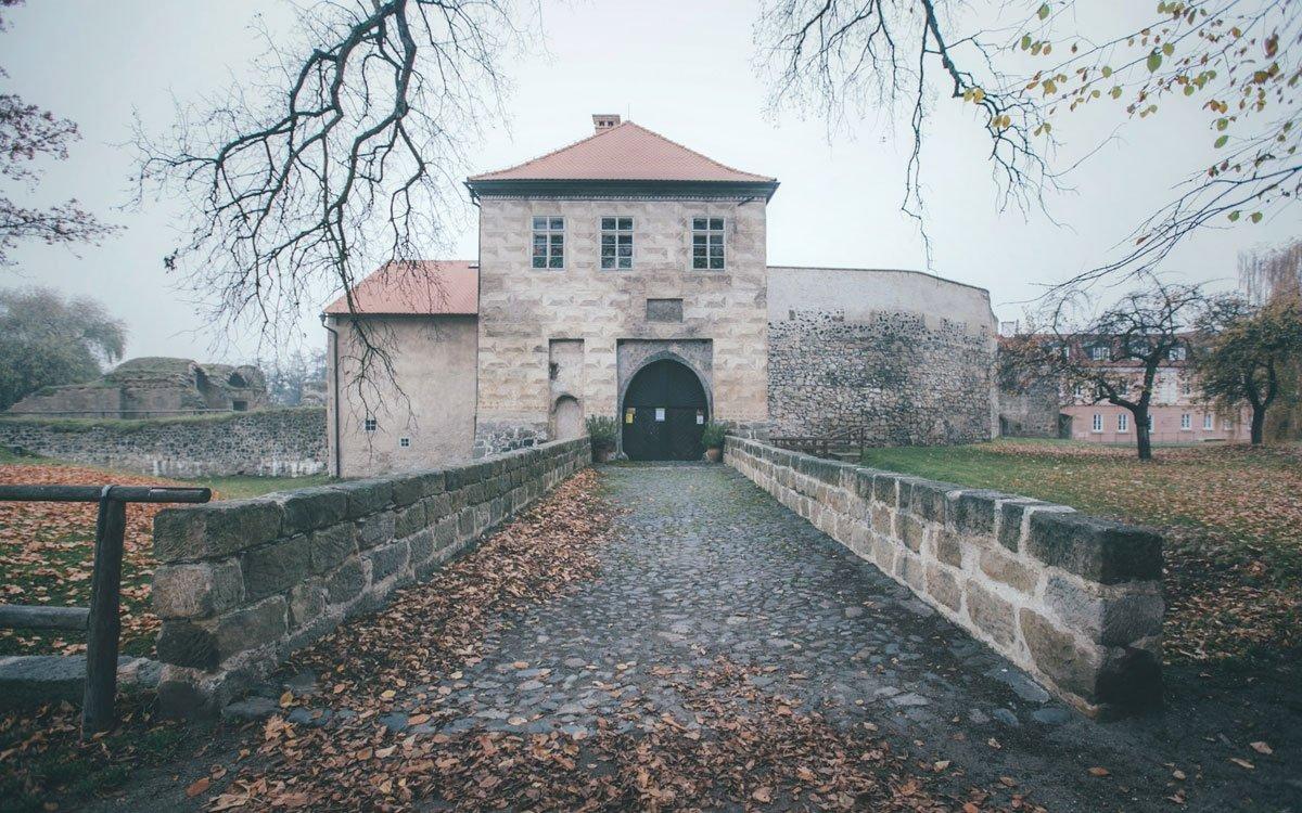 Dobrodružnou výpravu po stopách bohaté minulosti doporučujeme začít na středověkém vodním hradě Lipý. Někdejší honosné sídlo sice v padesátých letech minulého století nenávratně poškodil řízený odstřel, i tak si ale uchovalo své romantické kouzlo.   © Petr Hricko